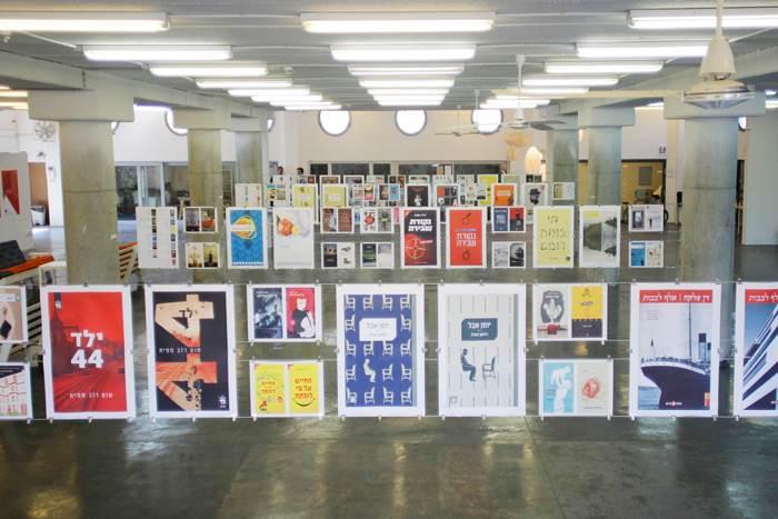 חלל הטרמינל נשטף צבע בזמן תערוכת 100 עטיפות ספרים שאצר יובל סער. צילום: אברהם קורנפלד.