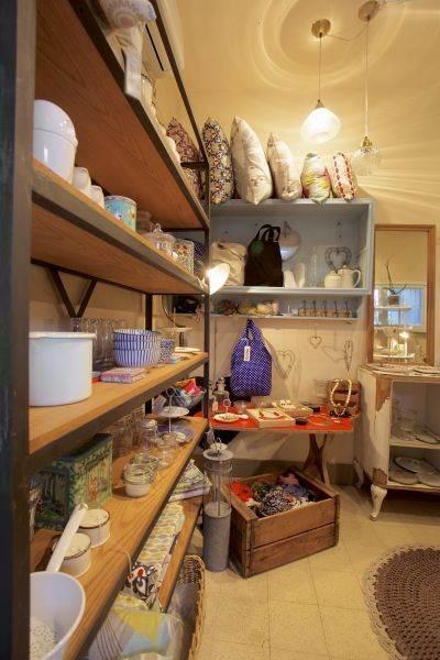 """גלריה עם פריטים שנאספו בקפידה: ציונה בנס ציונה. צילום: יח""""צ"""