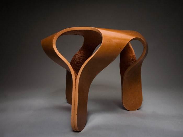 שרפרף MEDU בטכנולוגיה של כיפוף בטון, שמזוהה עם עבודתו של איתי. צבע טרקוטה. צילום: גלעד לנגר.