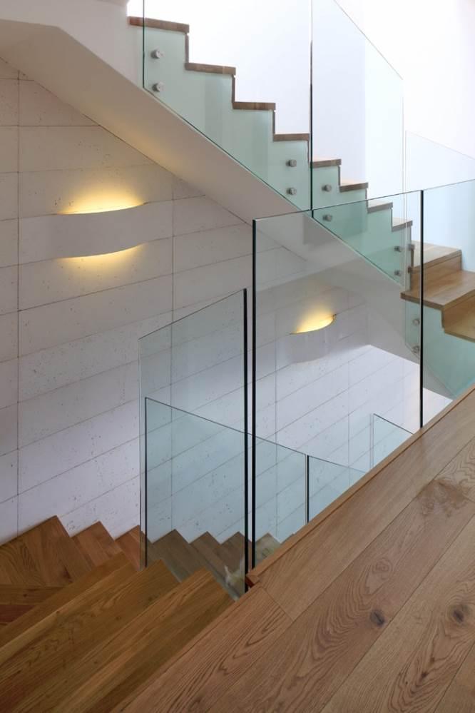 גרם מדרגות עם קיר שחופה באריחי WILLOW בגודל 100x25 בצבע לבן מלוכלך. עיצוב פנים: אלין בוסני. צילום: עוזי פורת.