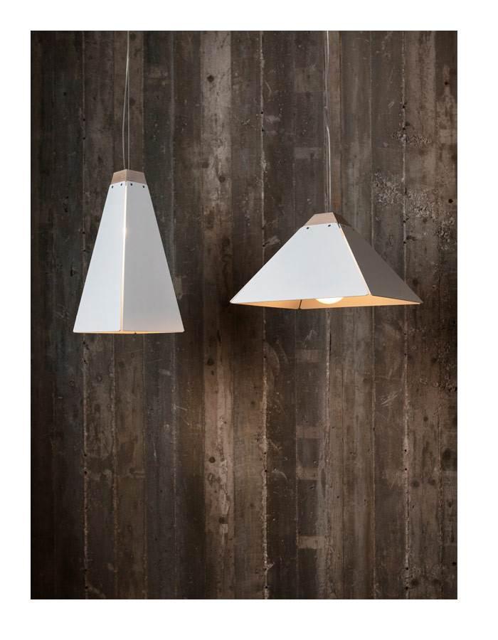גופי תאורה נוספים TALL & FAT GIZA WHITE עשויים מלוחות אלומיניום וגוש עץ מחודד. צילום: יעל אנגלהרט.