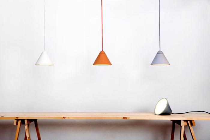 קולקציית גופי התאורה BULLET כוללת מנורות תלויות ומנורות שניתן להניח על רצפה או מדף. המנורות מגיעות במגוון צבעים רחב. צילום: יעל אנגלהרט.