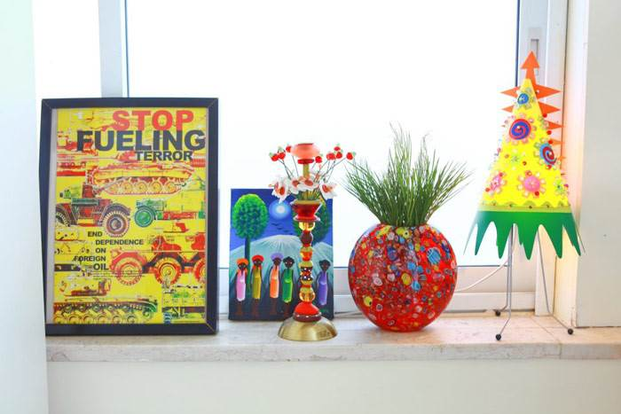 אוסף אישי וצבעוני על אדן החלון בביתה של דניאלה. בסגנון הסקנדינבי משתמשים בצבע כדי לתת אופי שמח וקליל לחלל. צילום: דניאלה גלפר.