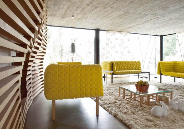 ספות מדגם RUCHE שמשלבות מבנה עץ מלא עם ריפוד ייחודי בצבע צהוב של המעצבת INGA SEMPE לחברת LIGNE ROSET. להשיג בהביטאט.