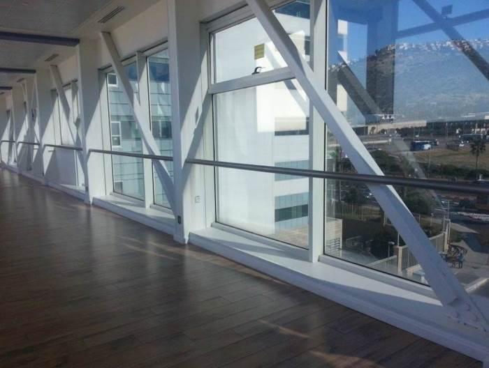 פתרון יעיל להגנה מקרני UV: ציפויים בחלונות מבית אל-סאן. צילום: יח