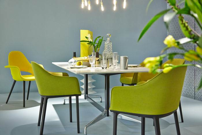 שילוב צבעים מנצח של צהוב חומצי עם ירוק. כסאות ORGANIC, SOFTSHELL לחברת VITRA. להשיג בהביטאט.