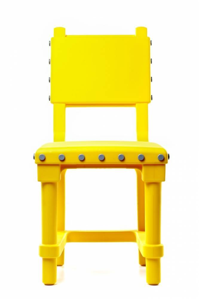 כסא GOTHIC בצהוב עז במיוחד עם קריצה עיצובית שובבה ומודרנית בהשראת כסאות בסגנון הגותי. עיצוב סטודיו JOB לחברת MOOOI. להשיג בטולמנס.