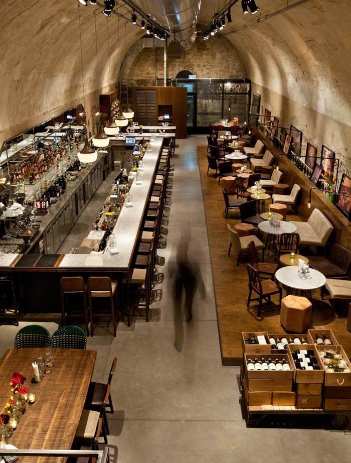 JAJO בר יין. חלל בן שלושה מפלסים במבנה של יקב טמפלרי מהמאה ה-19. המקום מציע חוויית בילוי תל אביבית, עכשווית ורומנטית, שמתרחשת בין הקירות ההיסטוריים. צילום: בועז לביא.