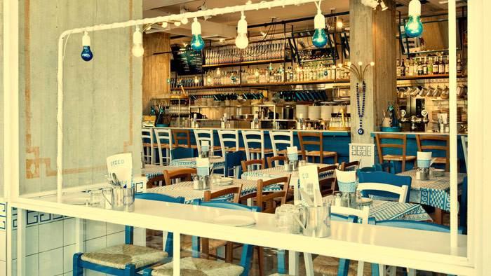 מסעדת GRECO. בעיצוב המקום ניכר שימוש אלטרנטיבי ומפתיע באלמנטים מסורתיים, צבעי כחול לבן, חיתוכי לייזר של דפוסים מסורתיים, גרלנדות וכלים אותנטיים שלוקטו בקפידה. צילום: בועז לביא.