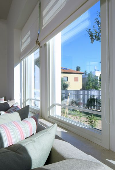 """אם החלון מבודד היטב, עדיף להשקיע בהצללה פנימית: חלונות מרווין. צילום: יח""""צ"""