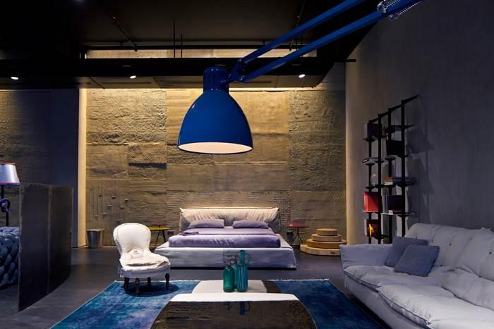אולם התצוגה החדש של חברת BAXTER בנמל תל אביב בעיצובה של אורלי שרם. המותג עושה שימוש חכם ויצירתי בעור, תוך שימור מראה מיושן ומקורי המקנה חום וייחודיות. צילום:עמית גירון.