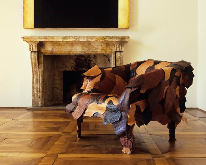 כורסת LEATHER WORKS בעיצוב האחים קאמפנה לחברת EDRA. הכורסא האיקונית, בעלת המראה הפראי, מורכבת מ 400 חתיכות עור, שנחתכו ביד בגדלים שונים ובטקסטורות שונות. להשיג בטולמנ