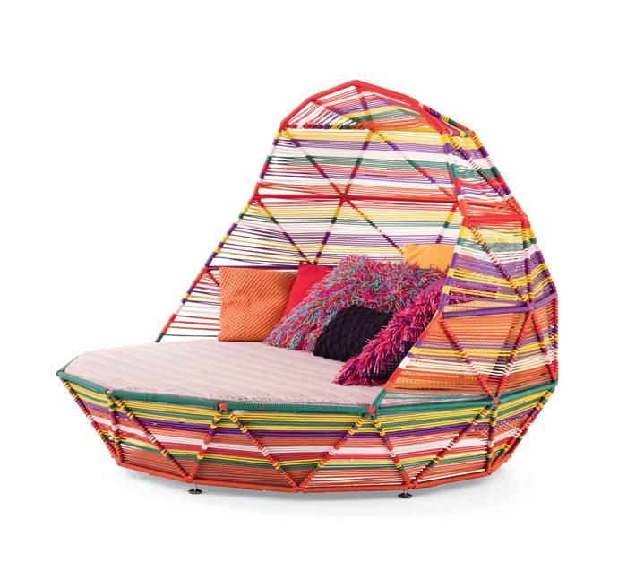 מיטת יום מפנקת, שמתאימה לחוץ,  מסדרת TROPICALIA בעיצובה של PATRICIA URQUIOLA לחברת MOROSO. להשיג בטולמנ