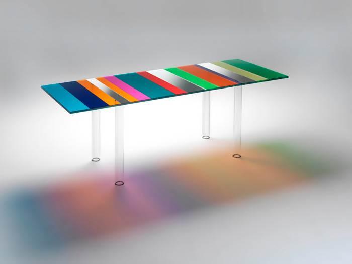 שולחן זכוכית THE DARK SIDE OF THE MOON בעיצובו של PIERO LISSONI לחברת GLAS ITALIA. החלק העליון של השולחן מאופיין ברצועות שקופות בצבעים שונים וברוחב משתנה, שיוצר אפקט של קליידוסקופ. להשיג בהביטאט