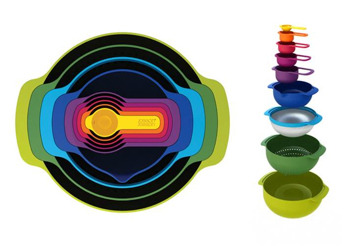 סט 9 NEST- סט צבעוני הכולל קערות, מסננת, כוסות וכפות מדידה אותן ניתן לערום אחת בתוך השנייה לחסכון במקום אחסון. JOSEPH JOSEPH, אנגליה. להשיג ברשת הסוהו.