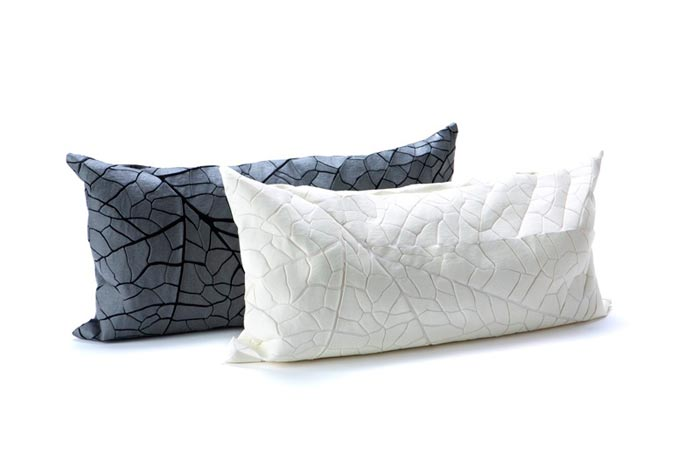 כריות דגם Vein באפור ולבן. צילום: מיכאל טופיול.