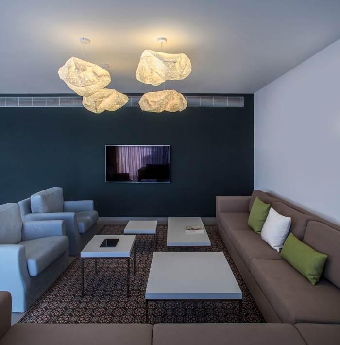 מנורות תקרה ORI בדירה תל אביבית. המנורה עוצבה בשיתוף פעולה עם סטודיו Producks. צילום: יואב גורין.