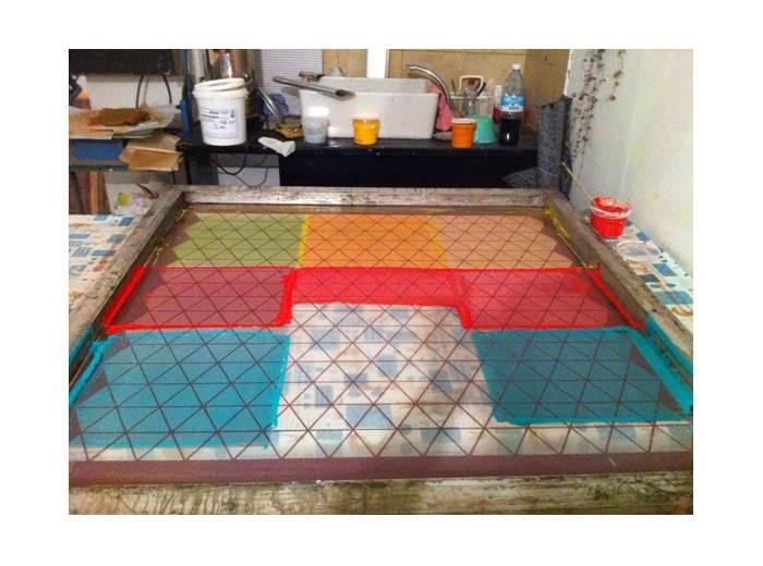 גלופות להדפסה בסטודיו. מיקה עובדת עם בדים תלת מימדיים שהיא יוצרת בטכניקה של דפוס רשת.