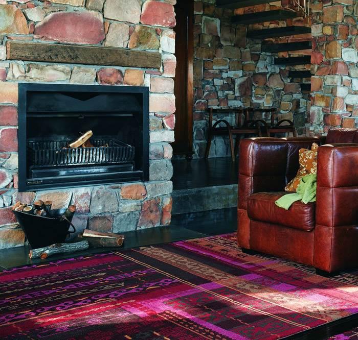 שטיח צבעוני עם מוטיבים אפריקאיים מתוך קולקציית השטיחים החדשה של רשת כרמל שטיחים ופרקט.