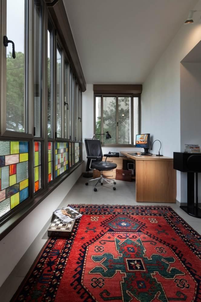 פינת העבודה הצבעונית במרפסת הסגורה של הסלון