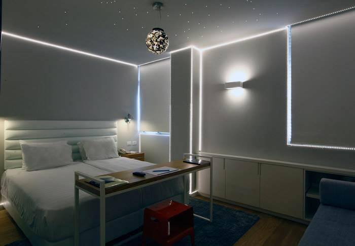 רן סלבין, Galaxy Room, לדים, כדור פרספקס, 2014. באמצאות רישום אור של קו המתאר אשר מגדיר את צורת החדר,סלבין מפרק את הקירות החומריים הקיימים והופך את החדר לחלל רחב ופתוח,דמוי פלנטריום.