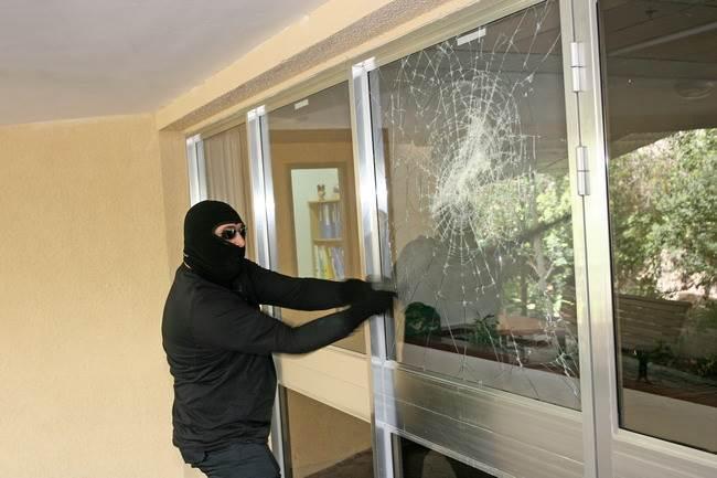מונע פיזור שברי זכוכית גם במקרה של פריצה: ציפוי מגן לחלון של