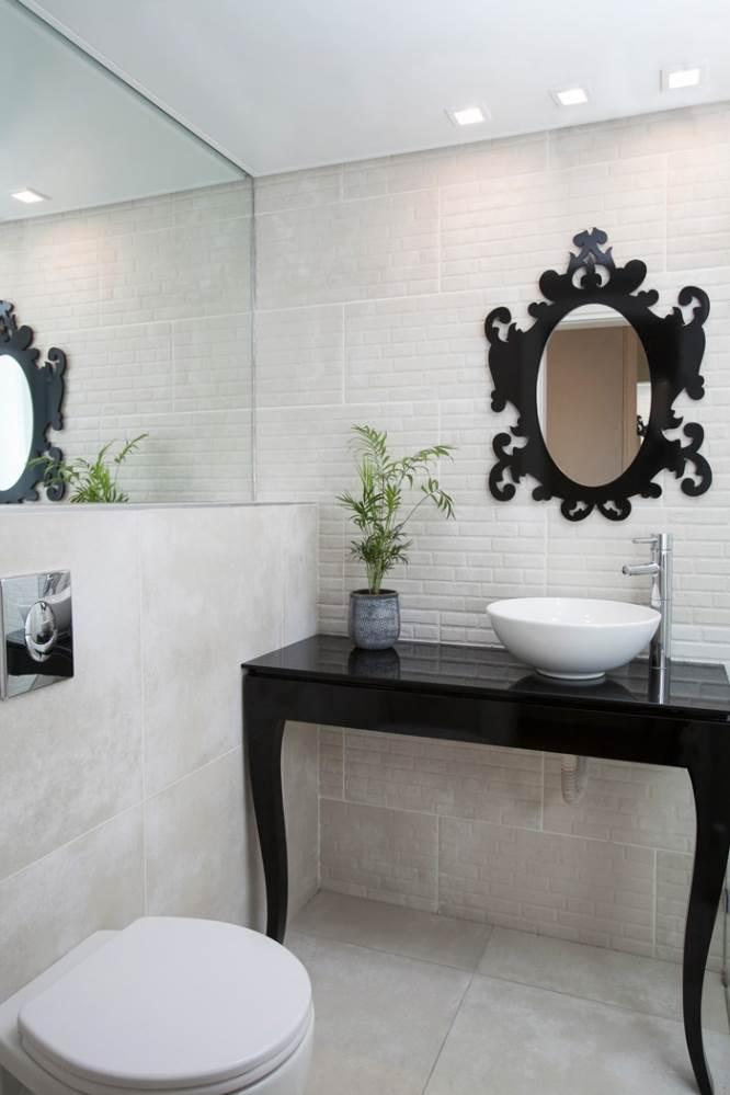 גם בחדרים הרטובים הושם דגש על הקו העיצובי עם שילובים בשחור ולבן