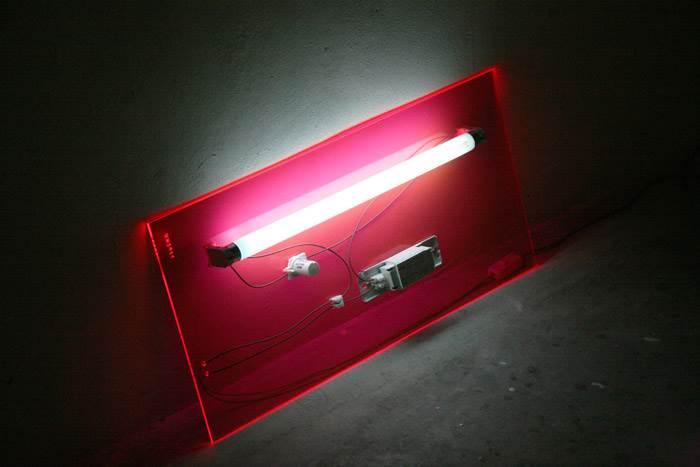 אובייקט אור 003. פאנל תאורת ניאון עם בסיס אקרילי. האובייקט יכול להיות תלוי או להישען על קיר. צילום: נעמה הופמן.