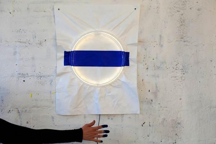 אובייקט אור 009. שיתוף פעולה בין נעמה הופמן למעצבת הטקסטיל דקלה בן ארי. משי מודפס המואר בתאורת LED חסכונית. צילום: יעל אנגלהרט.