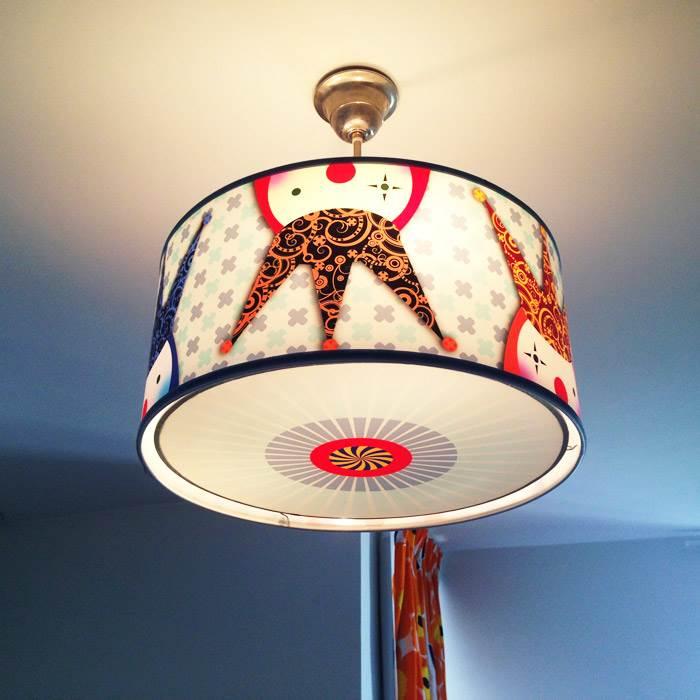 מנורת תקרה בחדר הילדים בעיצובה של ליהי. ילדים נמשכים לאור, לצורות גיאומטריות ולצבעי יסוד.