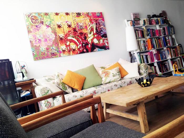הדירה כולה נצבעה לבן. ליהי רצתה להכניס אלמנטים צבעוניים קטנים, שניתנים לשינוי ולהתייחס לשלל האוספים שיש ברשותה ולא למקד את הצבע בקירות. בסלון יש ספה עם פאטרן ייחודי, שמזכיר טקסטיל של KENZO, שולחן מעץ גושני ושתי כורסאות וינטאג