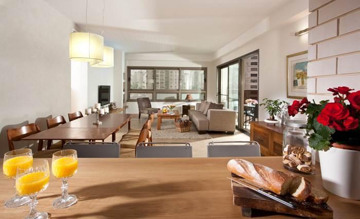 מבט מכיוון המטבח אל עבר הסלון המעוצב בגווני שמנת ואפור