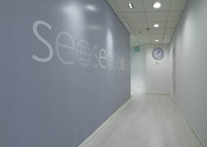 עיצוב המשלב מסרים קצרים שמסייעים בהתמצאות במסדרונות החברה