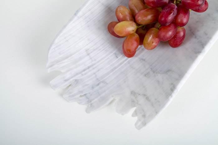 הפרויקט אותו עיצבה שירה כולל סדרת כלים מכילים וכלי הגשה שבוחנים את המורפולוגיה של אבן המעוצבת בידי מים. צילום: הגר ציגלר.