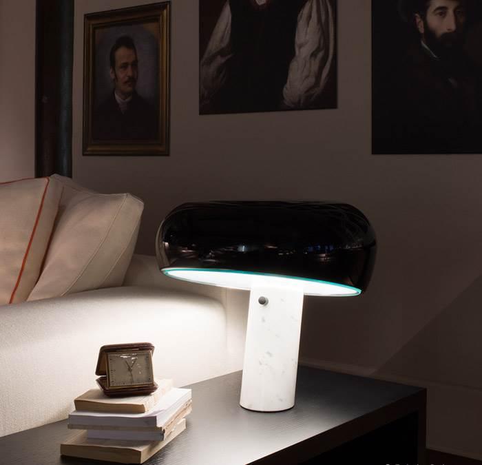 מנורת שולחן SNOOPY עם בסיס שיש קררה של חברת FLOS האיטלקית בעיצובו של Achille Castiglioni. להשיג בקרני תכלת.