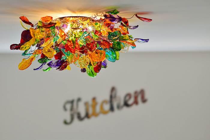 גופי תאורה צמודי תקרה יכולים להתאים לחלל המטבח למשל