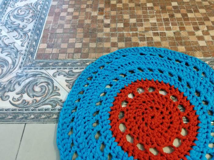 סריגה בטריקו שומרת על עמידות הפריט - בתמונה: שטיח טריקו