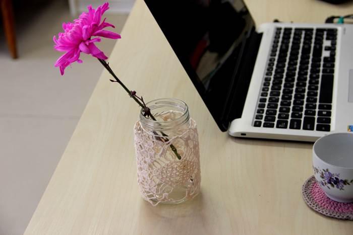 תוספות קטנות כמו כיסוי לצנצנת או תחתית לכוס יכולות להנעים כל פינת עבודה בבית