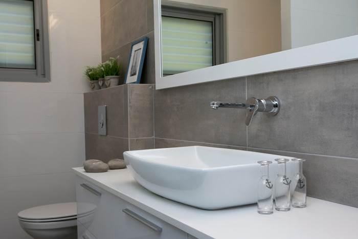 בחדרי הרחצה, אשר עוצבו בגוונים אפורים, הושם דגש רב על הפרטים הקטנים למראה מושלם<br/><br/>
