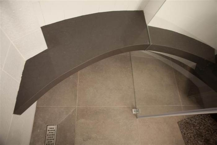 ספסל מקלחת עשוי שיש בגוון שחור - אבני ניצן