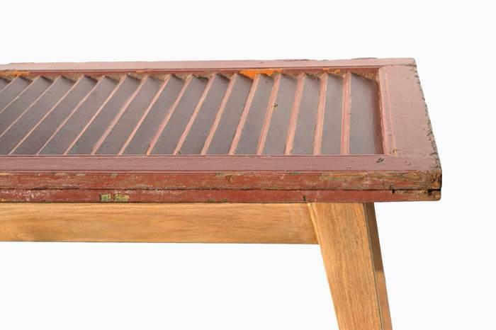 תריסים ישנים הופכים לשולחן סלוני מדליק (צילום: תהילה שרפי)<br/>