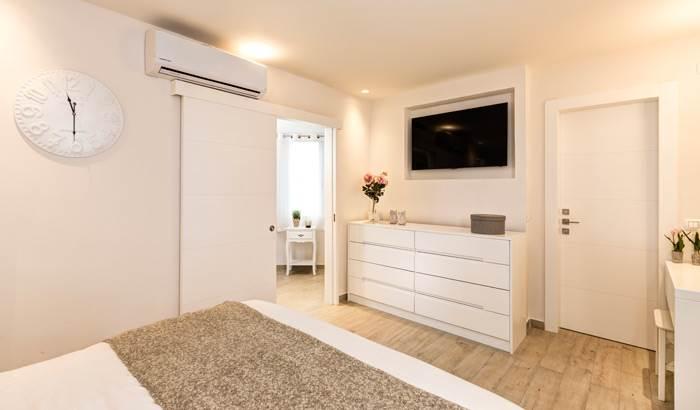 הקומה אשר פעם שימשה לגידול הילדים קיבלה חיים חדשים עם תכנון חדר שינה מפנק ועיצוב מחודש- יחידת ההורים