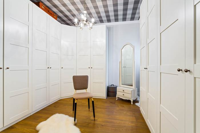 חדר ארונות שעוצב בהשראת בוטיקי אופנה