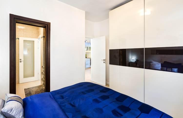 כניסה נוספת לחדר הרחצה מחדר השינה - לשיפור זרימת האוויר וכניסת האור