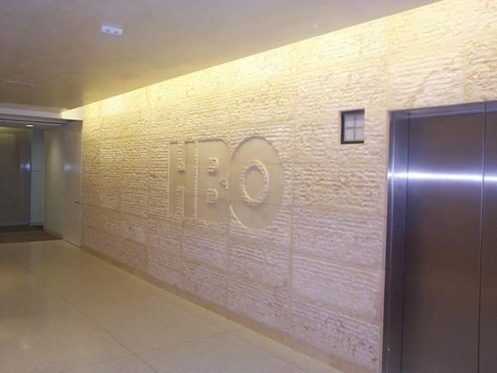 גאווה ישראלית: אבן מסותתת בלובי חברת HBO בלוס אנגלס. צילום: שיש ירושלים