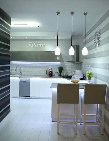 שיש בגוון אפור ליצירת מראה מודרני וקליל: מבט על המטבח