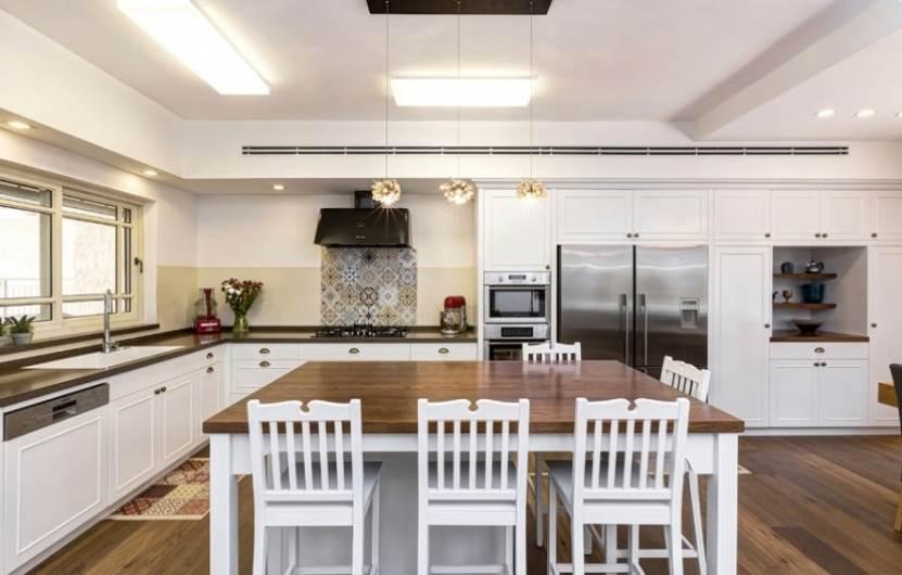 יצירת אור במטבח באמצעות צבעים בהירים: מטבח של נגריית רם אור