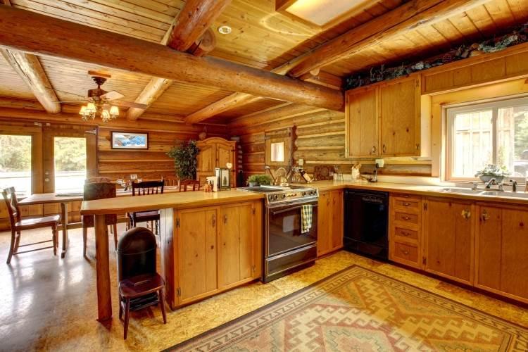 מטבח נורבגי מקורי: מטבח כפרי מעץ מלא בצבעים כהים וחמים, שקשה יהיה למצוא בארץ. צילום: shutterstock
