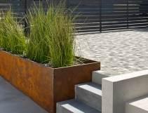 מהפנים אל החוץ: עיצוב נוף באמצעות בטון