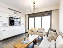 מוארת ולבנה: הצצה לדירה מעוצבת בפתח-תקווה